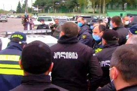 Police detain UNM activists at Rustavi prison protesting Saakashvili's arrest